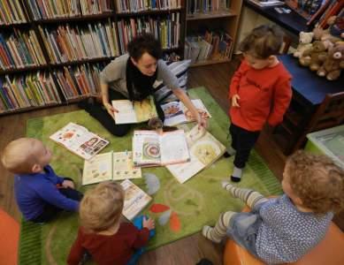Wycieczka dzieci z przedszkola do biblioteki.